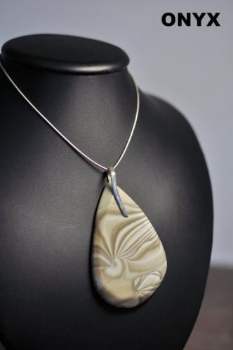 Wisior z krzemienia pasiastego ze srebrnym uchwytem, dostępne również są kolczyki i pierścionki w komplecie