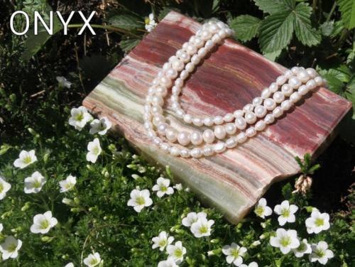 Naszyjniki z pereł , dostępne są również bransoletki i kolczyki oraz inne odcienie perły.